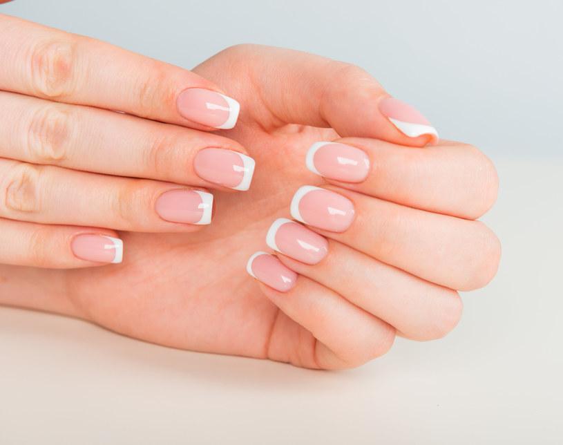 Wykonanie stylizacji w stylu french manicure nie jest prostym zadaniem /123RF/PICSEL
