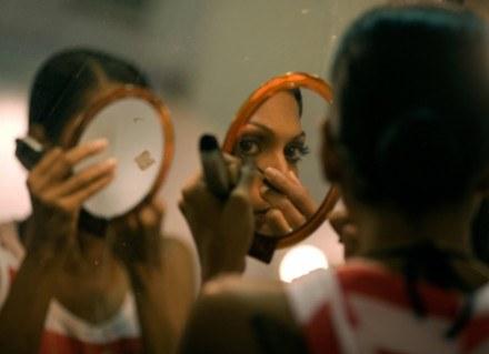 Wykonany nimi makijaż musi pozostać niezmieniony niezależnie od warunków: mocnego światła, wilgotnoś /AFP