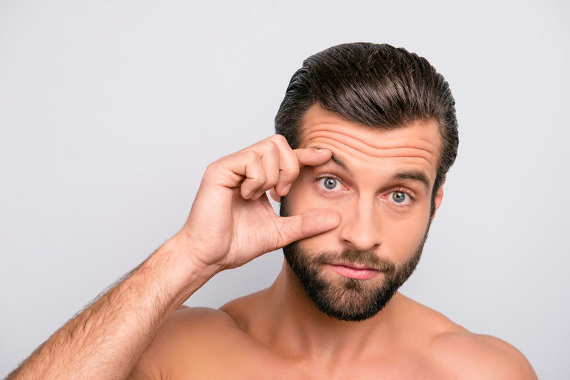 Wykonuj ćwiczenia napinające skórę wokół oczu /123RF/PICSEL