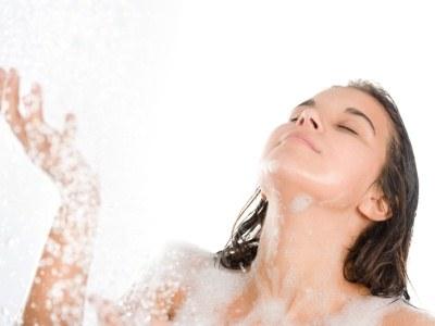 Wykorzystaj czas spędzony pod prysznicem na wykonanie pilingu  /© Panthermedia