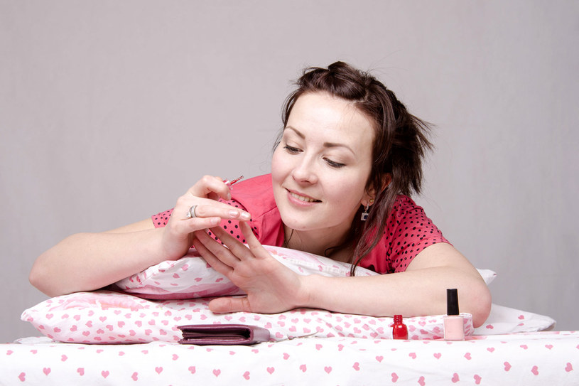 Wykorzystaj proste triki, by cieszyć się perfekcyjnym manicurem przez długi czas /123RF/PICSEL