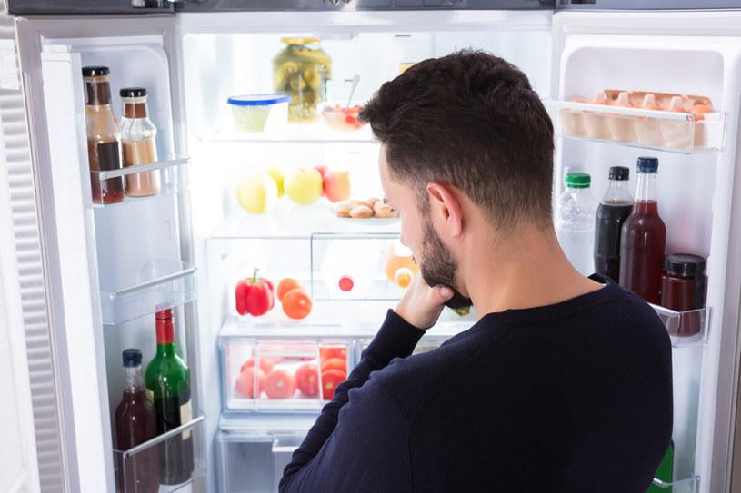 Wykorzystaj sprytne sposoby, by utrzymać czystość w lodówce /123RF/PICSEL