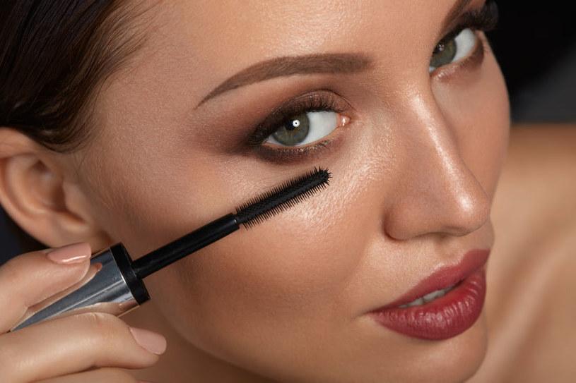 Wykorzystaj triki, które optycznie powiększą oko /123RF/PICSEL