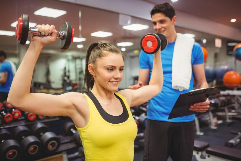 Wykorzystanie obciążeń zewnętrznych skutecznie pozwala spalić tkankę tłuszczową - przekonuje trener personalny /123RF/PICSEL