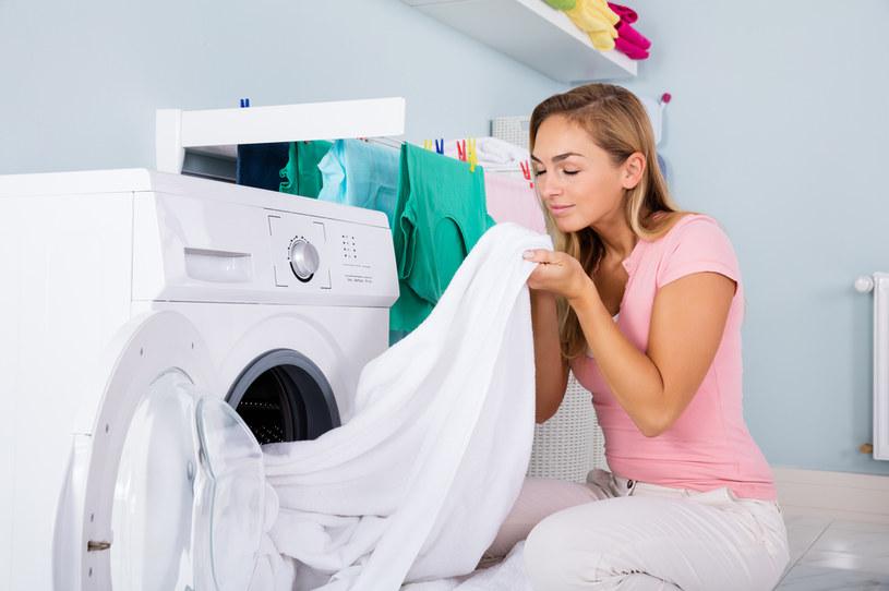 Wykorzystując kule do prania, można tkaninom nadać wyjątkowy zapach. Wystarczy nasączyć kule olejkiem eterycznym /123RF/PICSEL