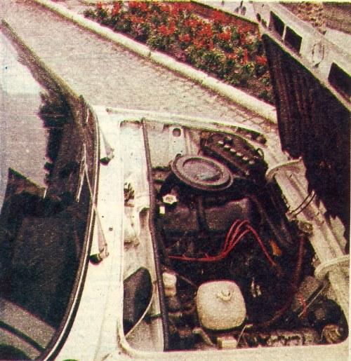 Wykrój komory silnikowej jest dość krótki, lecz mimo to dostąp do podstawowych zespołów silnika nie nastręcza trudności. Gaźnik i przewód wydechowy znajdują się po tej samej stronie jednostki napędowej. /Motor