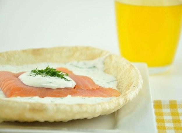 Wykwintna kanapka z łososiem i sosem czosnkowym /materiały prasowe