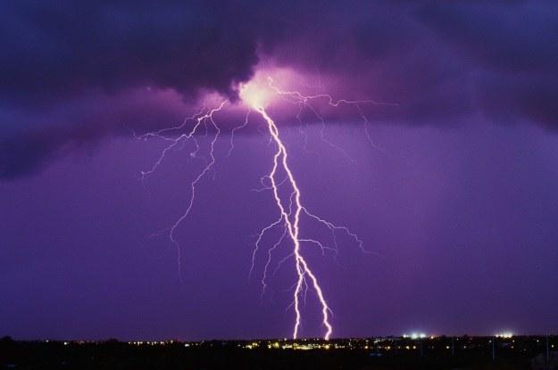 Wyładowania atmosferyczne mogą indukować występowanie bóli głowy /123RF/PICSEL