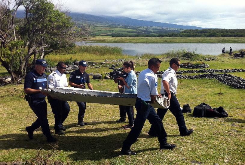 Wyłowiona część samolotu /AFP