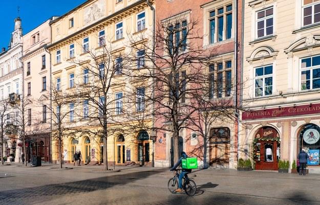 Wyludniony krakowski Rynek Główny w czasie lockdownu /Jerzy Ochoński   /PAP