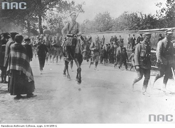 Żołnierze Pierwszej Kompanii Kadrowej do Kongresówki wkraczają do Kielc, 12.08.1914