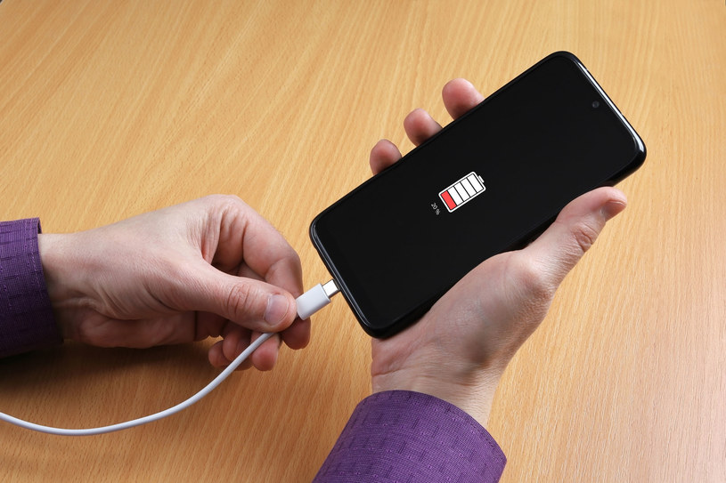 Wymiana baterii w smartfonie - co jest istotne /123RF/PICSEL