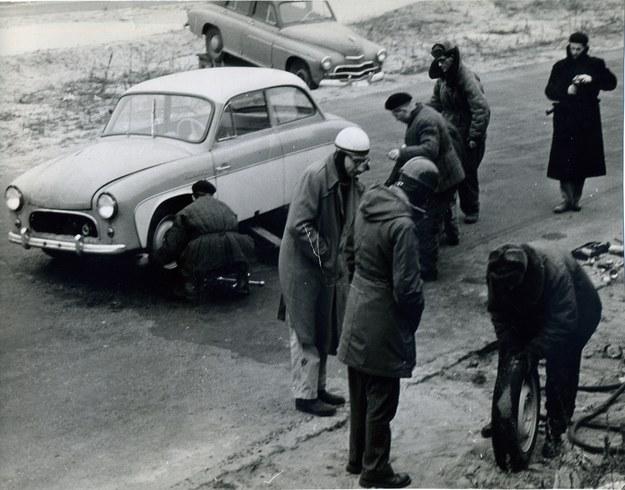 Wymiana kół podczas rekordowej jazdy non stop syreny w listopadzie 1959 roku /Archiwum Tomasza Szczerbickiego