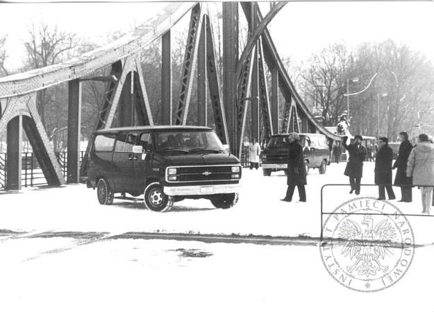 Wymiana szpiegów pomiędzy państwami bloku wschodniego i zachodniego na moście Glienicke w pobliżu Berlina, 11 lutego 1986 r. (fot. z zasobu IPN, sygn. IPN BU 002559/19 t. 1) /IPN /