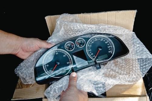 Wymiana wyświetlacza w zegarach zajmuje, z wysyłkami w obie strony, 3-4 dni. W tym czasie samochód jest unieruchomiony. /Motor