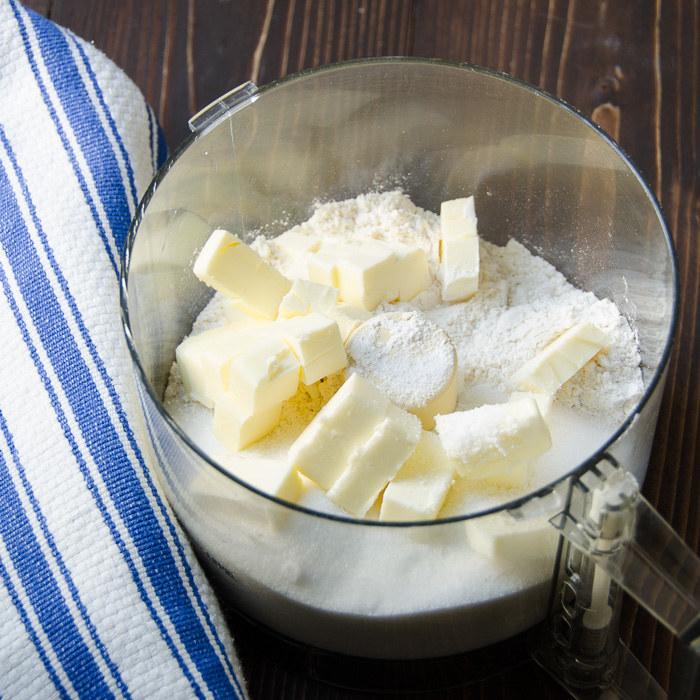 Wymieszaj mąkę z cukrem /© Photogenica