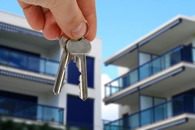 Wynajmowania mieszkania opłaca się bardziej niż oszczędzanie w bankach /©123RF/PICSEL