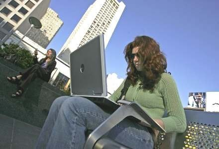 Wynalazek Ericssona pozwala operatorowi sieci na wysłanie sygnału całkowicie blokującego komputer /AFP