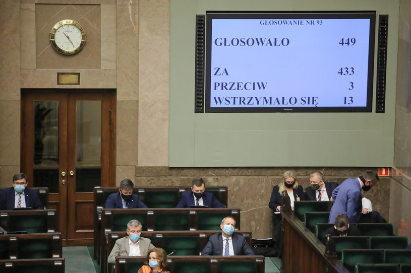 Wynik głosowania w Sejmie nad tarczą branżową /PAP