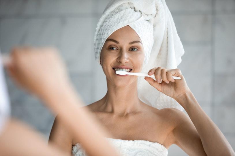 Wyniki badań zaskoczyły samych naukowców:  Mycie zębów dwa razy dziennie o ponad 40 proc. zmniejsza liczbę powikłań sercowo-naczyniowych /123RF/PICSEL