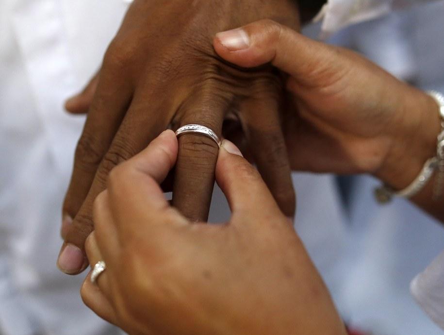 Wyniki licznych badań naukowych wskazują, że osoby żyjące w małżeństwie są przeciętnie zdrowsze od singli, osób rozwiedzionych czy owdowiałych. Badacze z Carnegie Mellon University odkryli, co może być tego przyczyną (zdjęcie ilustracyjne) /FRANCIS R. MALASIG /PAP/EPA
