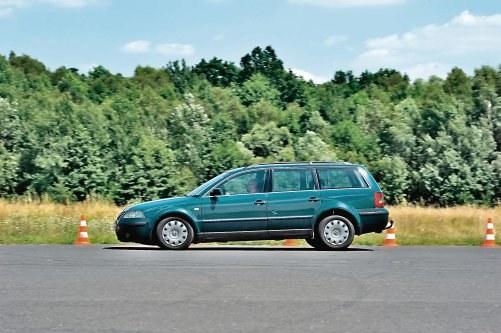 Wyniki potwierdzają dobry stan układu hamulcowego. Dystans, na którym zatrzymuje się rozpędzony Passat przez lata praktycznie nie uległ zmianie. /Motor
