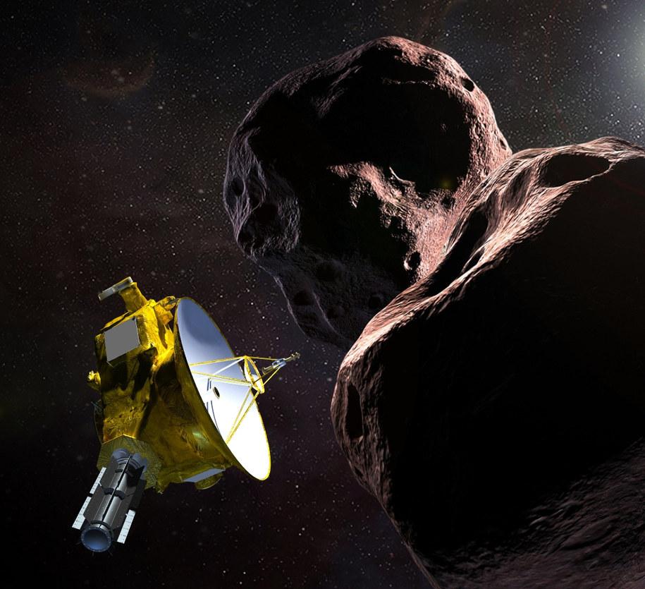 Wyobrażenie sondy New Horizons na tle planetoidy Ultima Thule / NASA/JHUAPL/SwRI /Materiały prasowe
