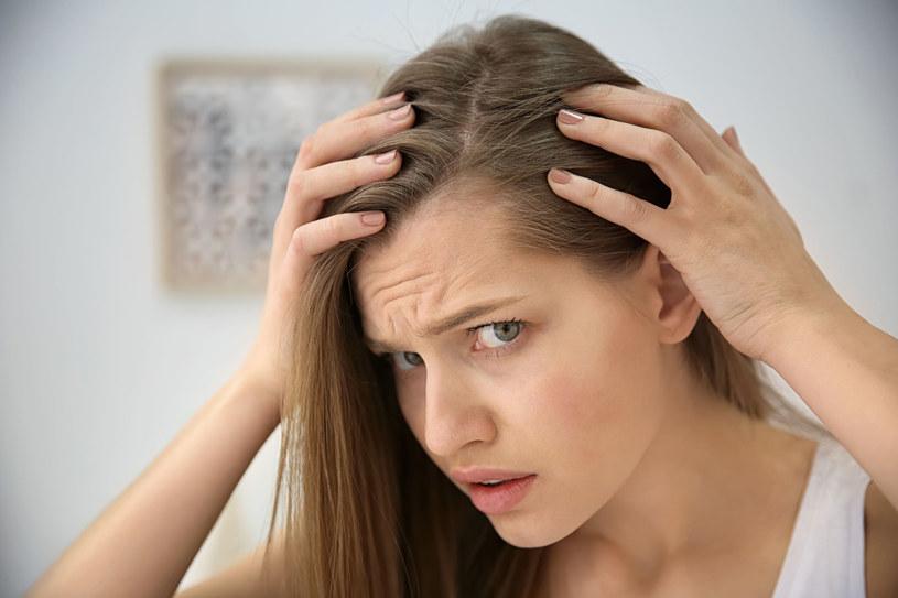 Wypadanie włosów bywa często skutkiem niewłaściwych zabiegów pielęgnacyjnych /123RF/PICSEL