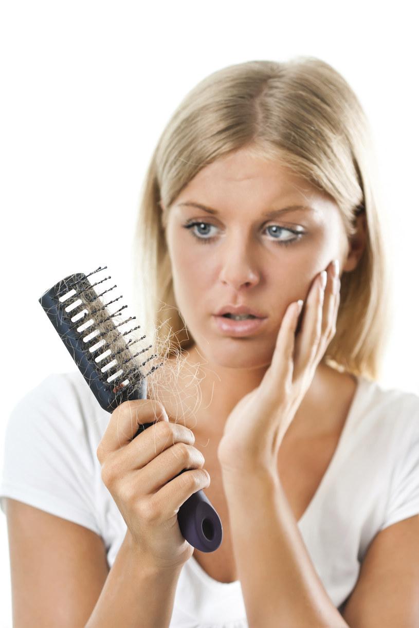 Wypadanie włosów choroby /© Photogenica