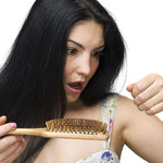 Wypadanie włosów i trądzik mogą być objawem choroby
