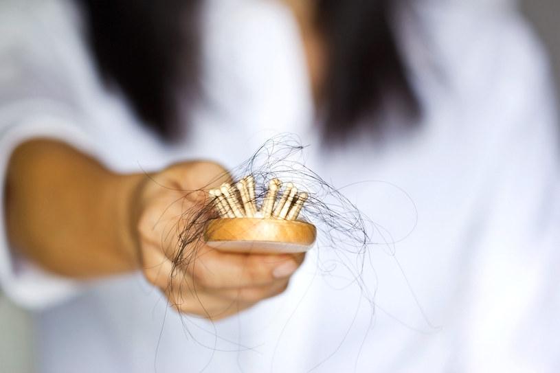 Wypadanie włosów może być zmorą niemal każdej kobiety /123RF/PICSEL