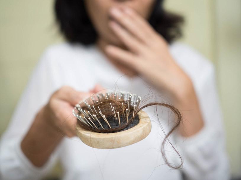 Wypadanie włosów to normalne zjawisko – średnio tracimy ich 100 dziennie. Jeśli jednak włosy w widoczny sposób się przerzedzają, warto skonsultować się z trychologiem /123RF/PICSEL