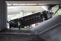 Wypadek autobusu miejskiego w Warszawie. Spadł z wiaduktu