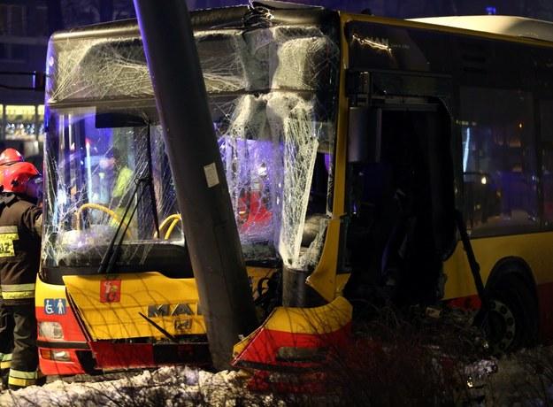 Wypadek autobusu w centrum Warszawy /Tomasz Gzell /PAP