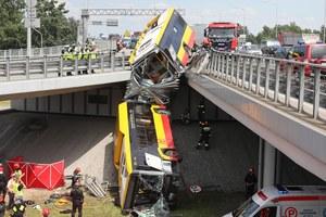 Wypadek autobusu w Warszawie. Pojazd spadł z wiaduktu na S8