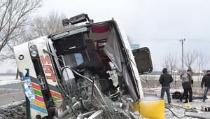 Wypadek autobusu z kibicami. 2 osoby nie żyją