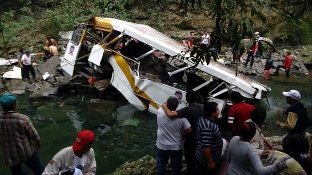 Wypadek autokaru w Meksyku /CIVIL PROTECTION VERACRUZ /PAP/EPA