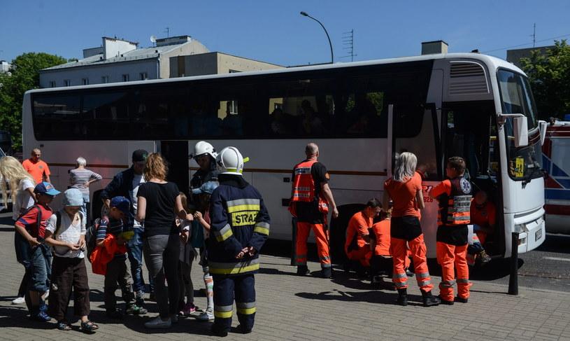 Wypadek autokaru z dziećmi na skrzyżowaniu ulicy Św. Bonifacego i Powsińskiej w Warszawie /Jakub Kamiński   /PAP