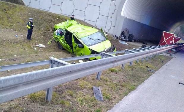 Wypadek busa na autostradzie A2. Jedna osoba zginęła, kilka jest rannych