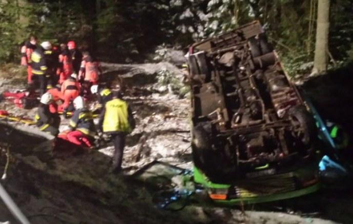 Wypadek busa na Drodze z Łysej Polany do Zakopanego /Fot. Adrian Gładecki (Tygodnik Podhalański) /