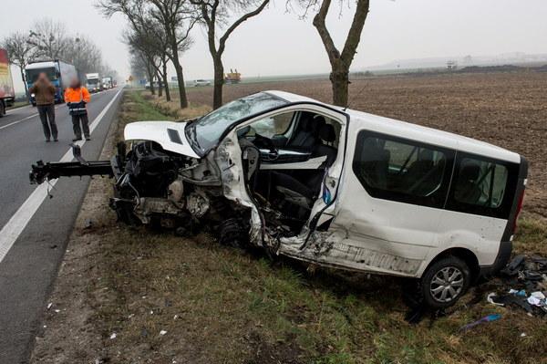 Wrak busa na miejscu wypadku na drodze krajowej nr 94 między Oławą a Brzegiem w pobliżu miejscowości Gać.