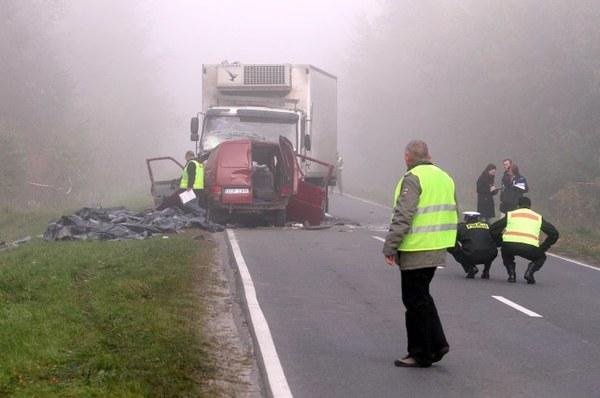 18 osób jadących rejestrowanym na 6 osób VW transporterem zginęło w wyniku czołowego zderzenia z samochodem ciężarowym.