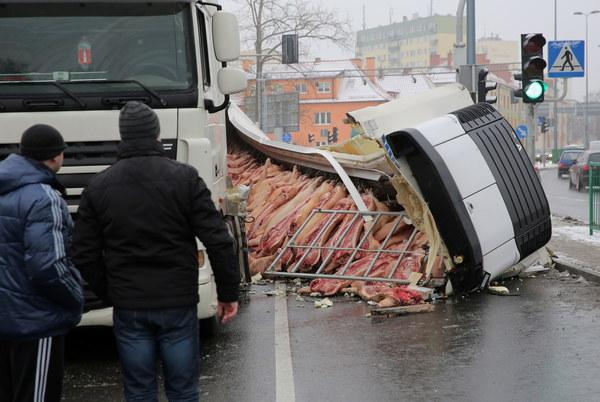Zniszczona naczepa-chłodnia samochodu ciężarowego na miejscu wypadku, na skrzyżowaniu dróg krajowych nr 16 i 51 w Olsztynie