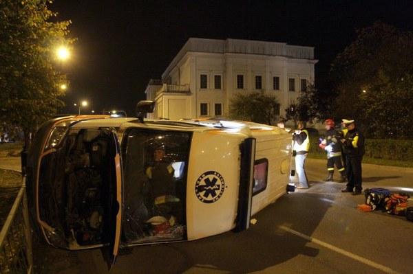 7 osób zostało rannych 19 bm. wieczorem w zderzeniu auta osobowego i karetki pogotowia na jednym ze skrzyżowań w Kielcach.