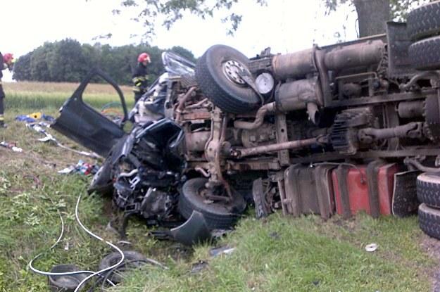 Wypadek koło Bisztynka. Ciężarówka zmiażdzyła auto. Zginął ojciec z 3-letnią córką /Policja