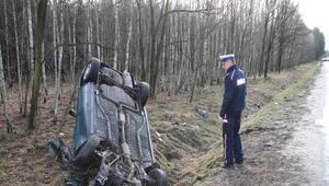 Wypadek między Dychowem a Bobrowicami. Auto wylądowało w rowie
