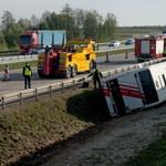 Wypadek na A2: Autokar wycieczkowy zsunął się z nasypu. 17 rannych