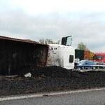Wypadek na autostradzie A4. Na jezdnię wysypał się węgiel