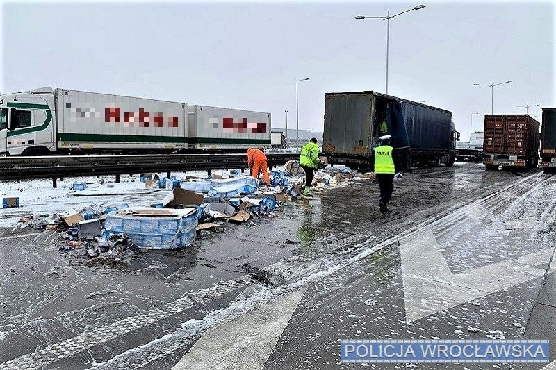 Wypadek na autostradzie A4 w okolicach Wrocławia /KMP we Wrocławiu /