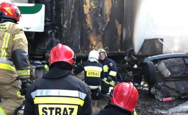 """Wypadek na krajowej """"10"""". Auto wjechało pod ciężarówkę i stanęło w ogniu"""